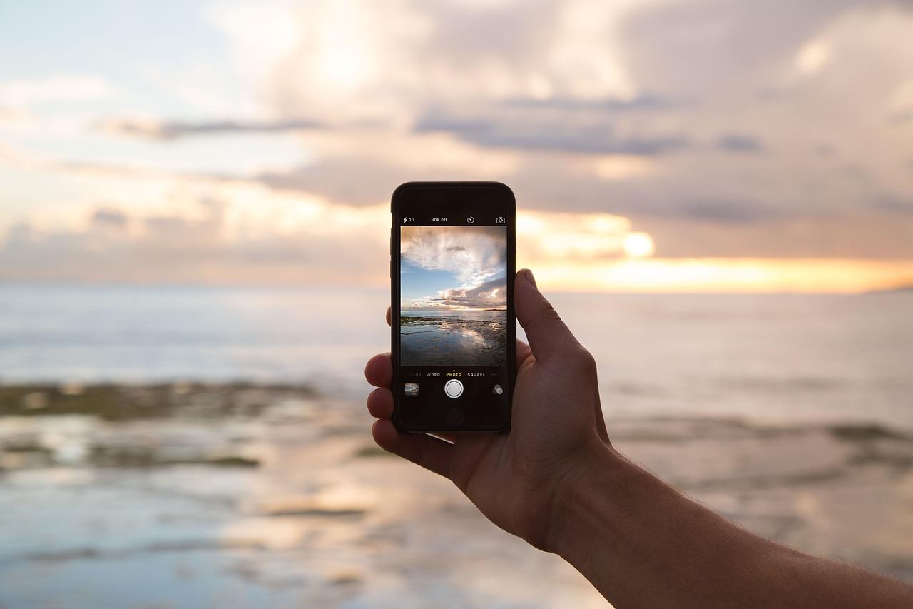 Mobiel bellen op een strand tijdens een working holiday reis in Australië.