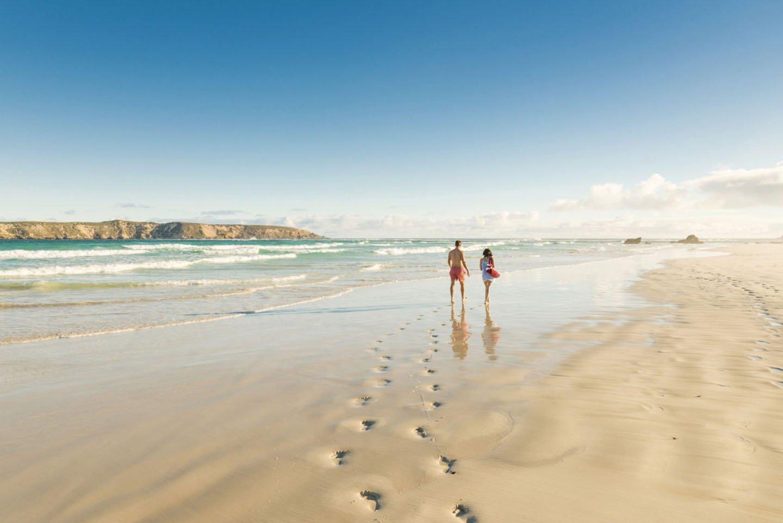 Twee backpackers tijdens een reis langs de kust van Australië.