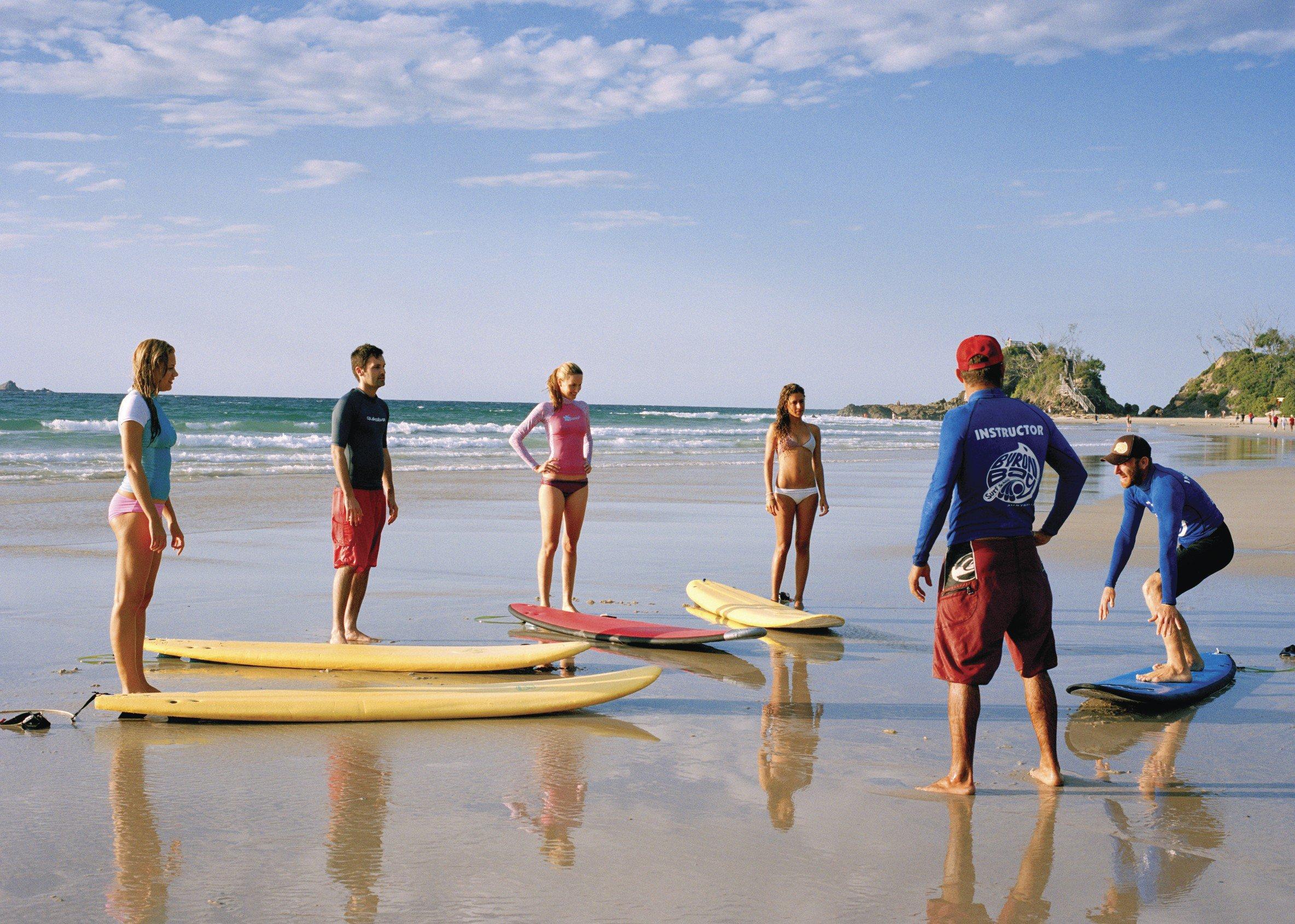 Surfers op hun reis naar Australië aan de oostkust volgen een surfles.