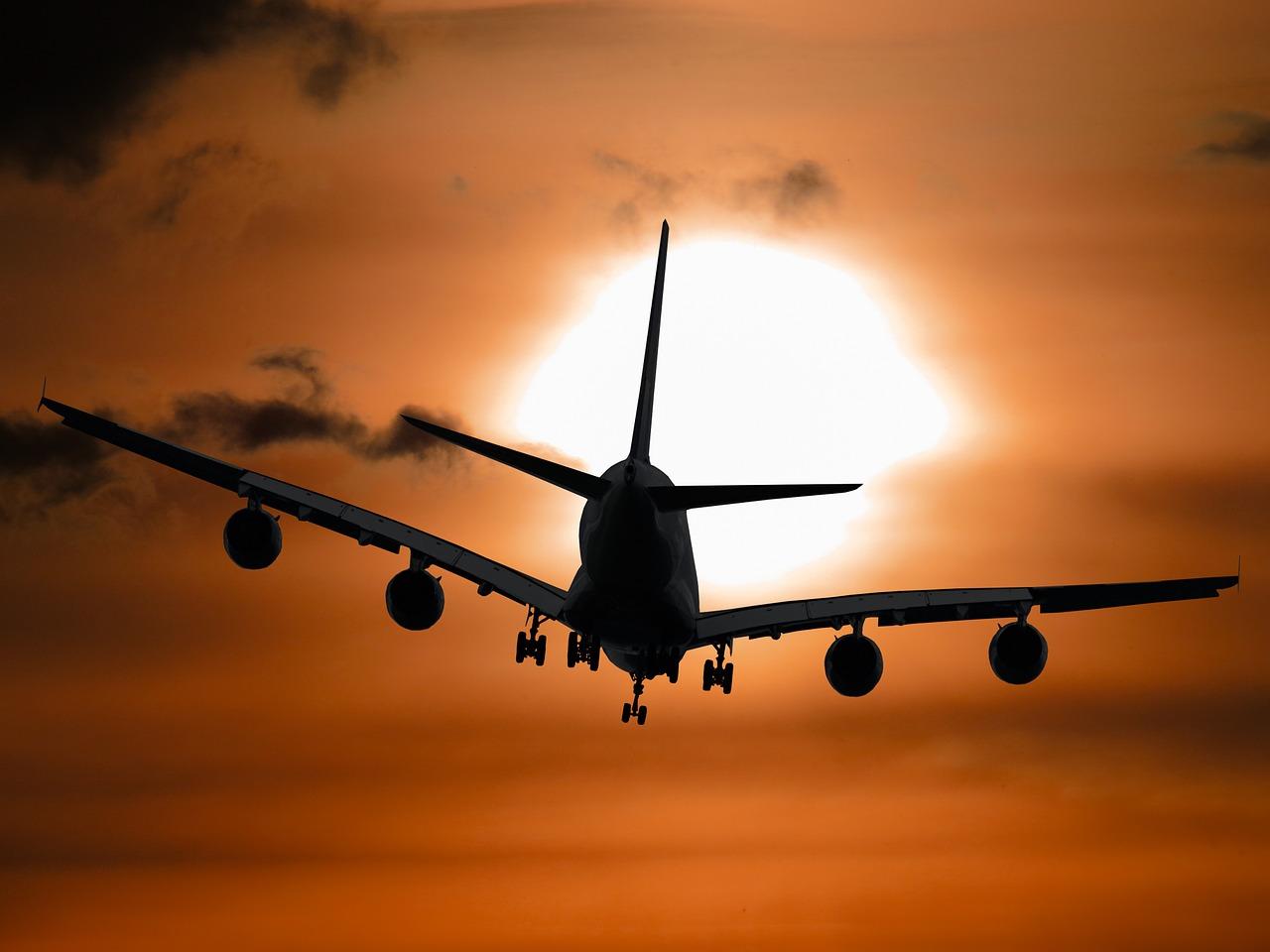 Ein Flugzeug zum Sonnenuntergang von Broome Australia.