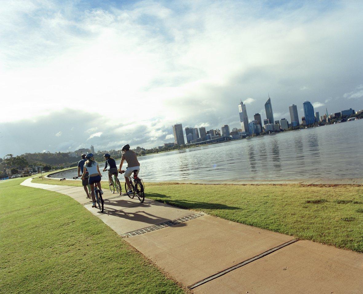 Fietsen langs de skyline van Perth.