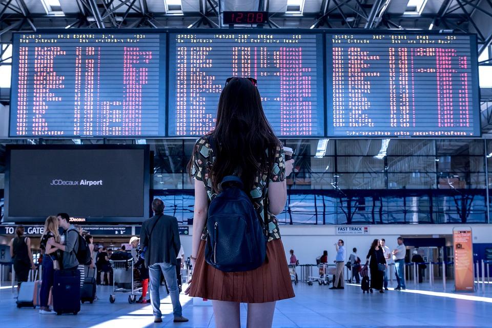 Meisje in vertrekhal op de luchthaven