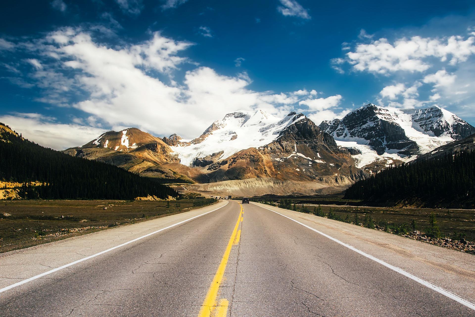 Weg door de Canadese Rockies in Canada langs besneeuwde bergtoppen.