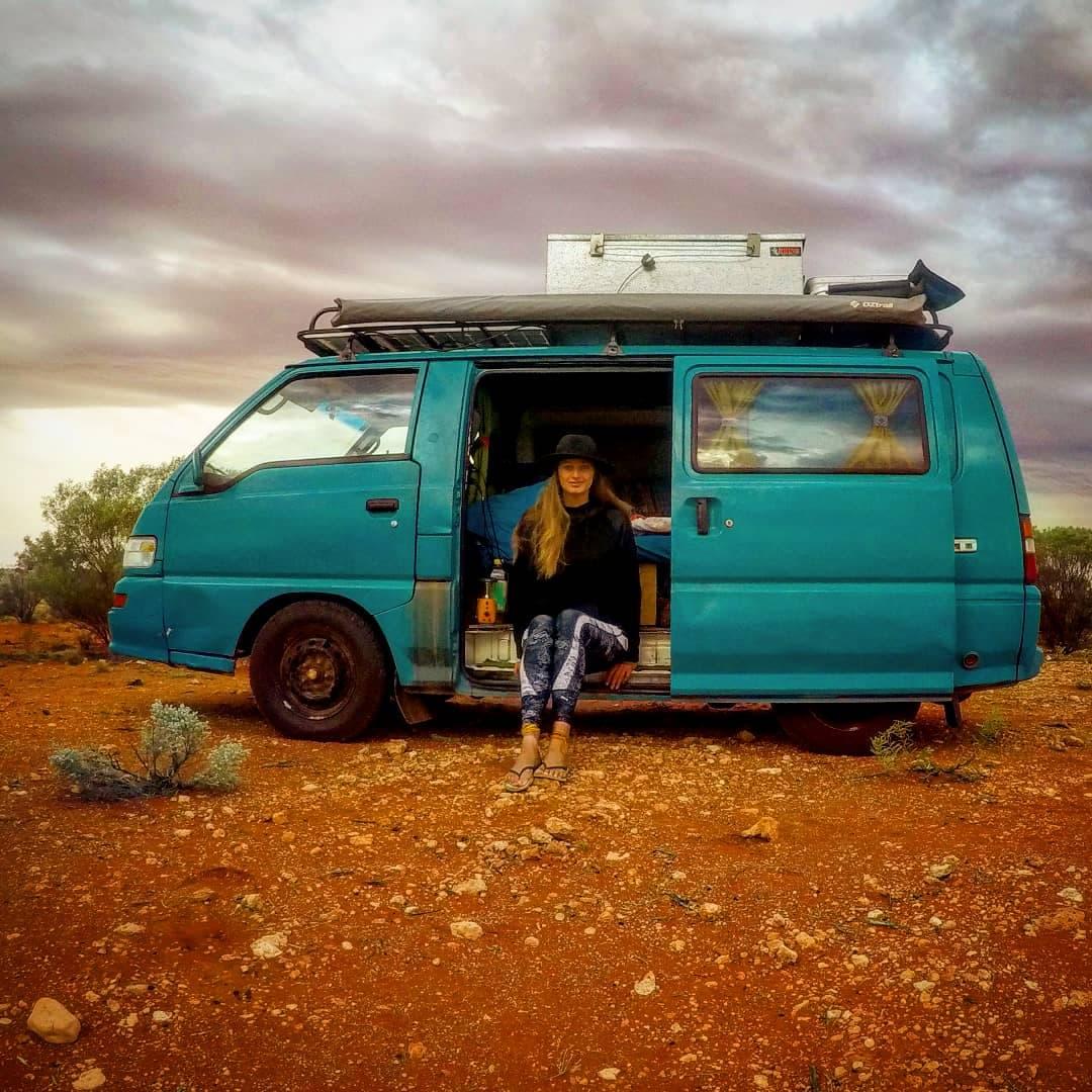 Sanne de Groot in haar blauwe Mitsubishi busje op reis door Australie voor de reisgids Australië: een reis door Zuid en West.