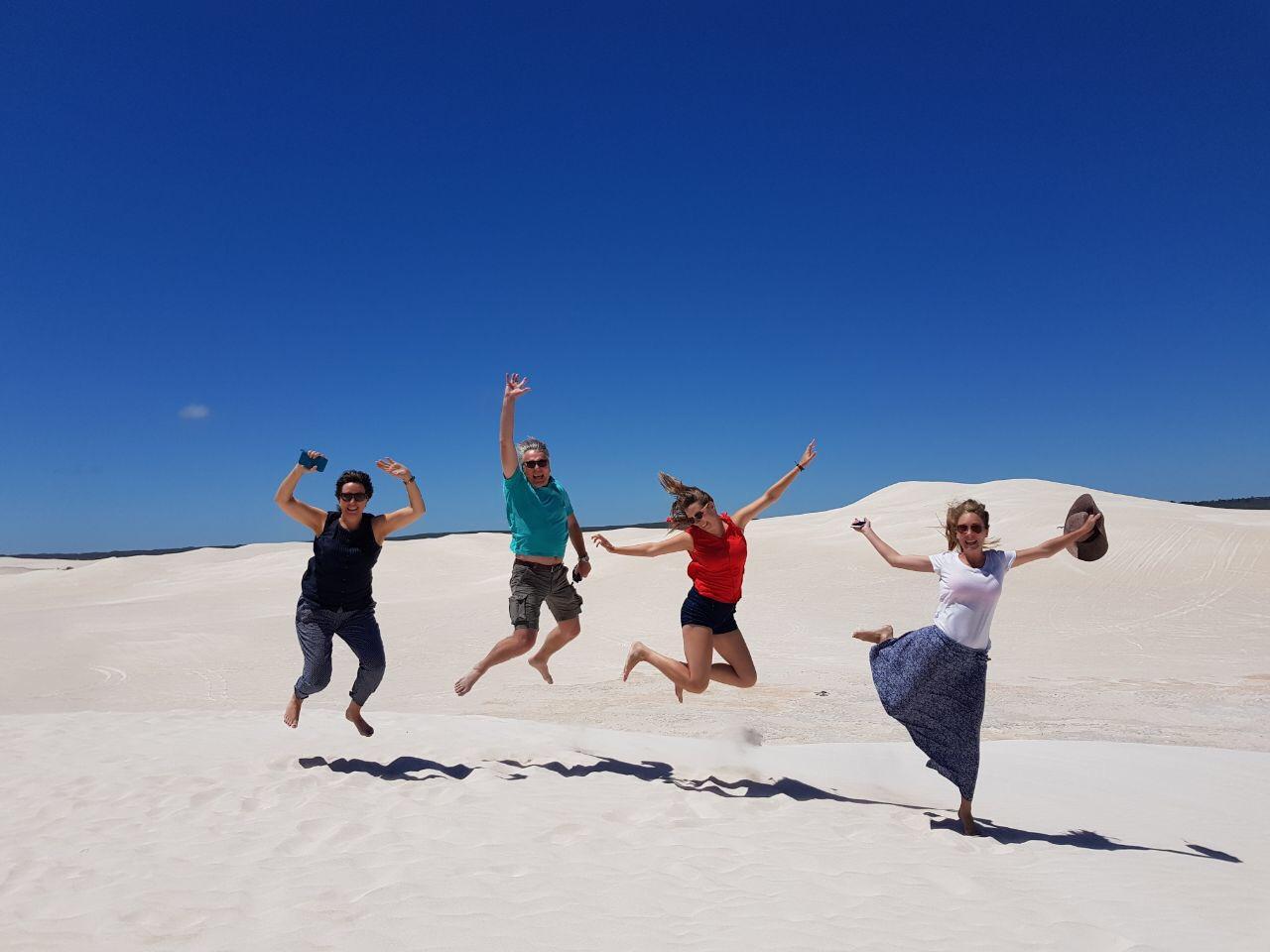 Lisanna Weston met haar familie op reis door de Lancellin Sanddunes voor haar reisgids: Australië een reis door zuid en west.