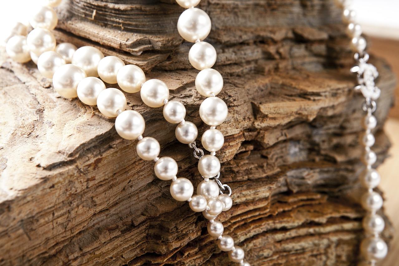 Perlen auf einem Felsen am Strand von Broome Australia.