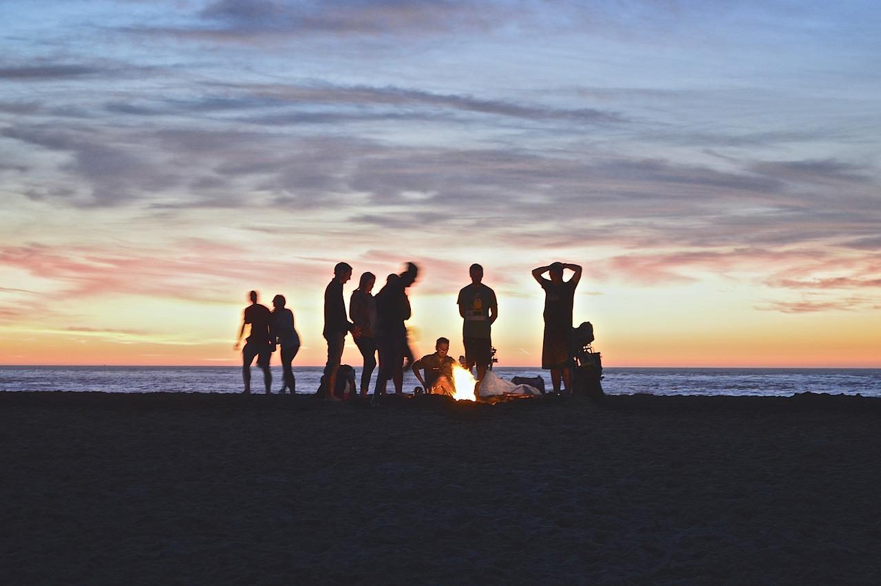 Backpacker machen Musik am Cable Beach Beach Beach in Broome Australia.