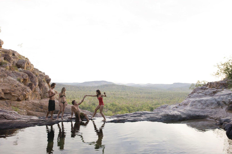 Drie backpackers tijdens hun working holiday reis in Kakadu Australië.