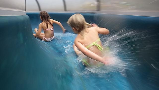 Kinder im Schwimmbad auf der Rutsche