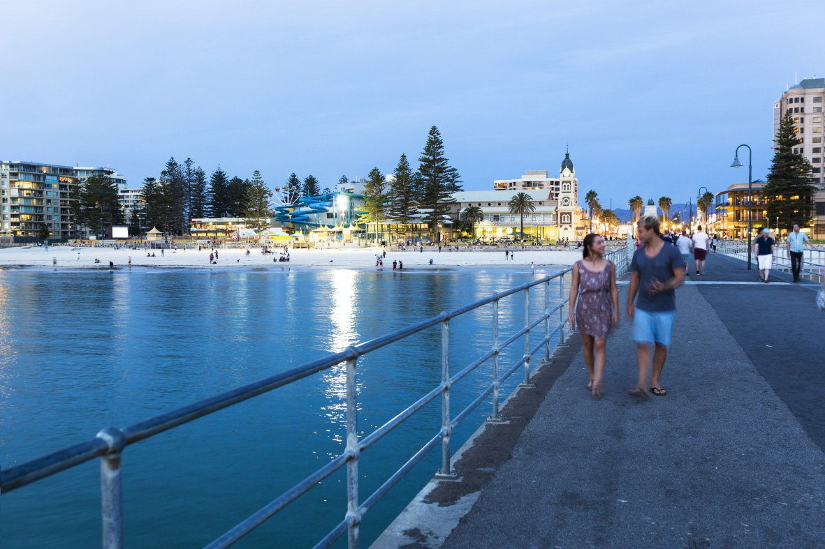 Twee mensen wandelen over de pier van Adelaide.