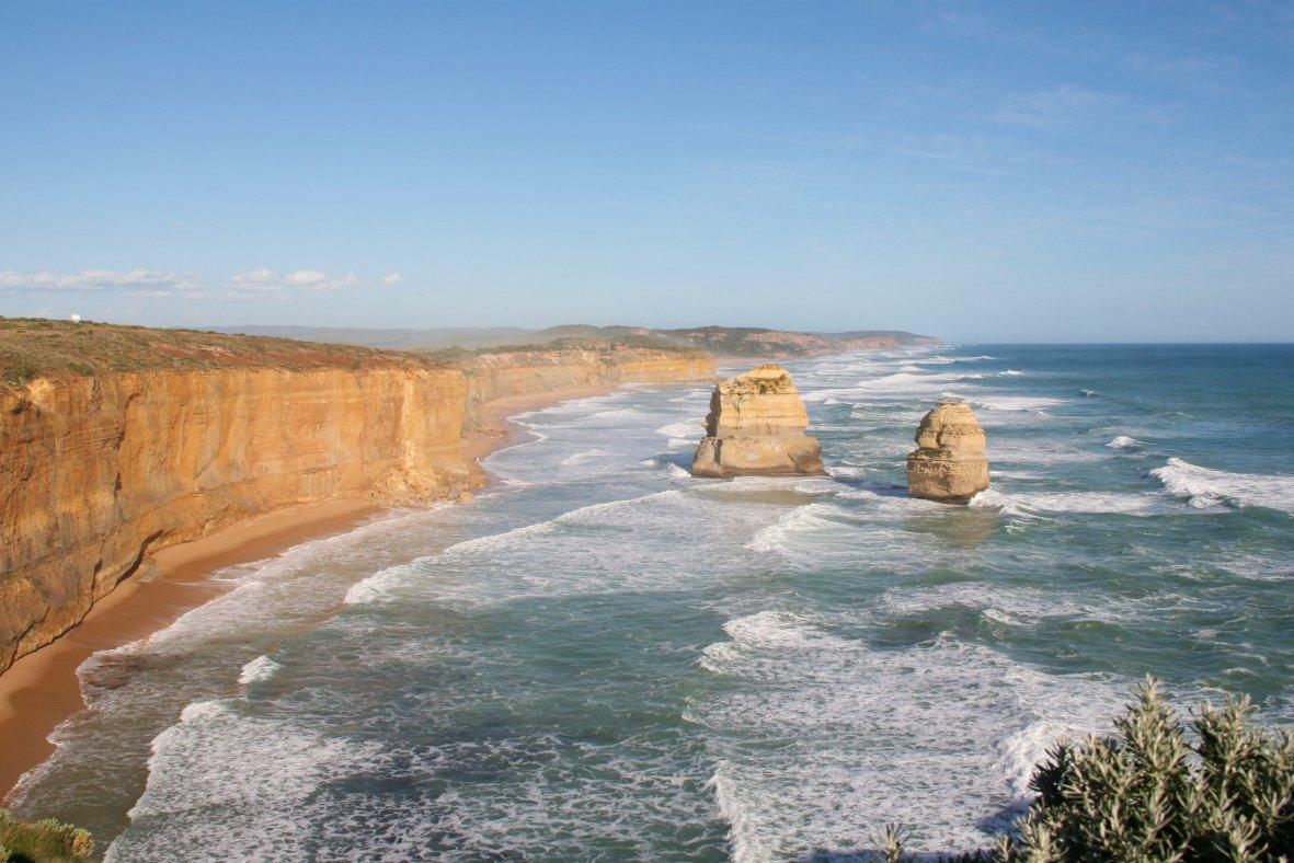 Twee van de twaalf apostelen langs de Great Ocean Road in Australië.