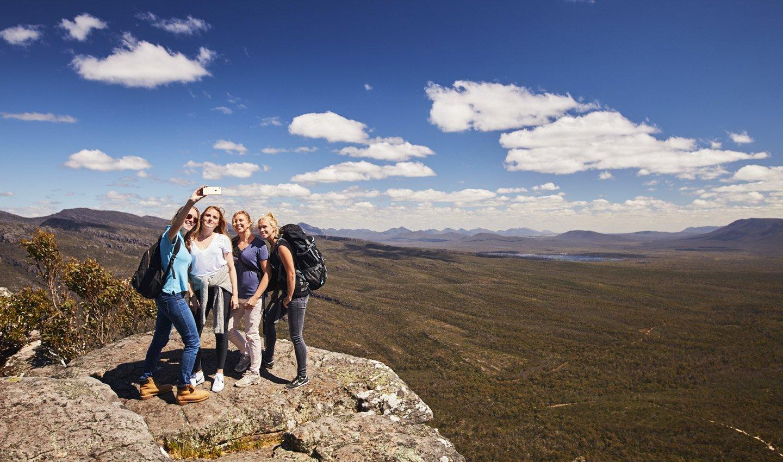 Meiden goed verzekerd op reis in de Grampians van Australië.